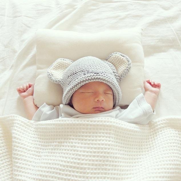 ねずみの帽子を被った赤ちゃん,新生児,寝かしつけ,