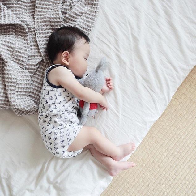横向きで寝る赤ちゃん,新生児,寝かしつけ,