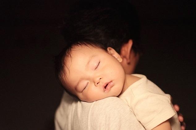 パパの肩で眠る赤ちゃん,新生児,寝かしつけ,
