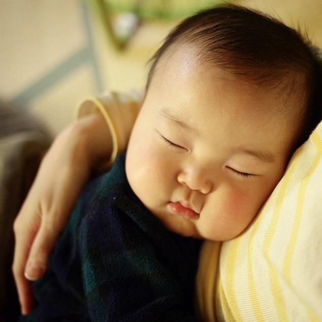 ほっぺがぷっくりとした赤ちゃん,新生児,寝かしつけ,
