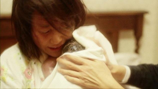 産まれた赤ちゃんを抱く母,お腹,赤ちゃん,
