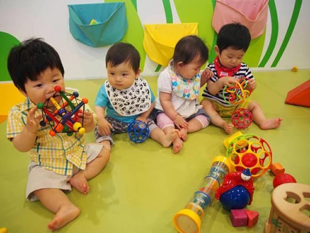 遊ぶ赤ちゃんたち,離乳食,蒸しパン,