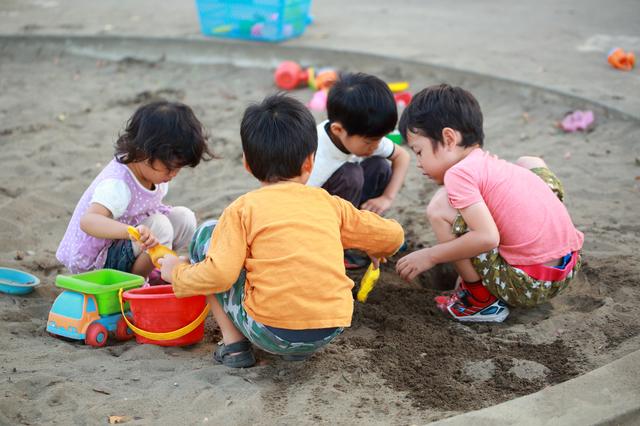友だちと遊ぶ子どもたち,知育玩具,5歳,おすすめ
