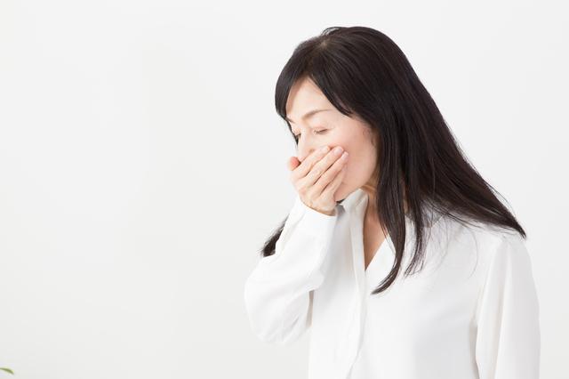 吐き気を感じる女性,PMS,妊娠,