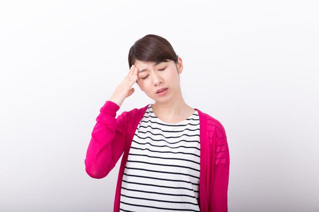 頭痛を感じる女性,PMS,妊娠,