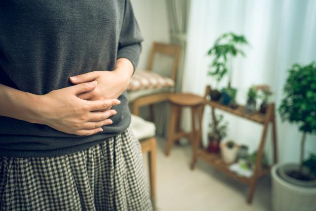 お腹を押さえる女性,流産後,妊娠,