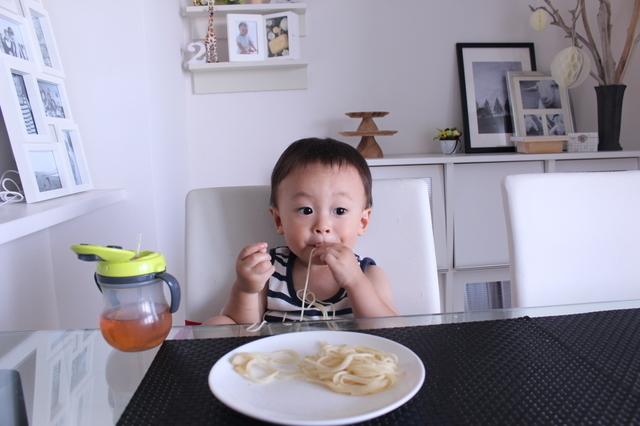 手づかみ食べをする子ども,離乳食,後期,