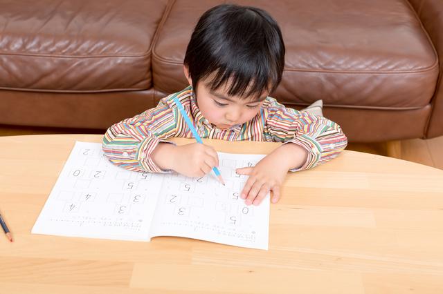 ドリルをする幼児,くもん,すくすくノート,