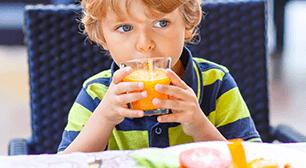オレンジジュースを飲む男の子,ジュース,虫歯,