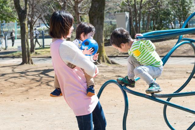公園で遊ぶ保育士と子ども達,ストレス,対処法,