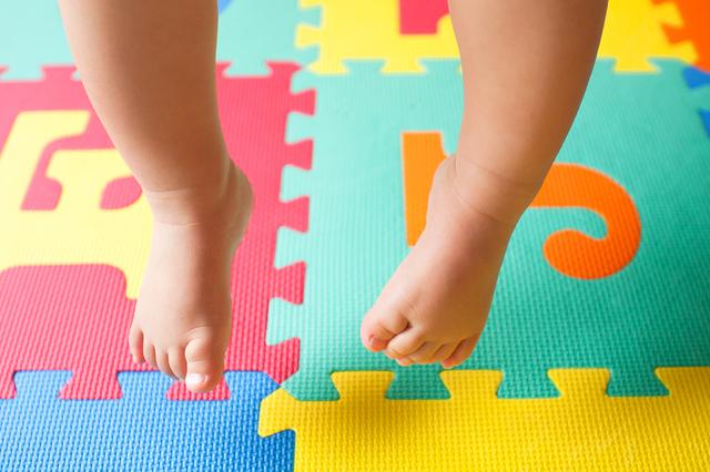 ジョインとマットと子どもの足,赤ちゃん,事故,