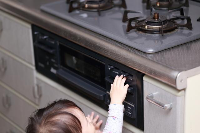 キッチンでいたずらする赤ちゃん,赤ちゃん,事故,