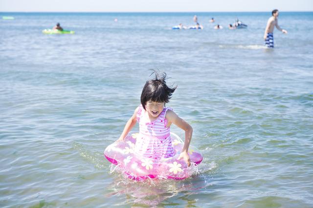 海水浴で遊ぶ子ども,静波,海水浴場,