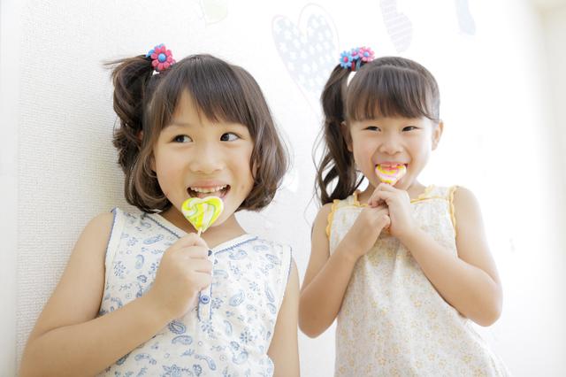 飴を食べている女の子,子ども,おやつ,