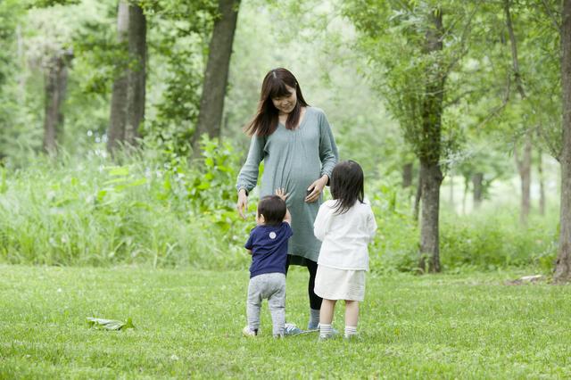 子どもと遊ぶ妊娠中のママ,上の子,赤ちゃん返り,