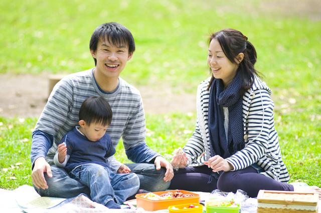 芝生でピクニックする親子,荒幡農園,