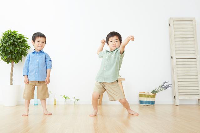 室内で遊ぶ子ども,子ども,しつけ,