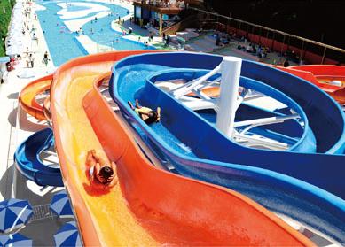 ひらかたパークの屋外プール,子ども,ウォータースライダー,大阪