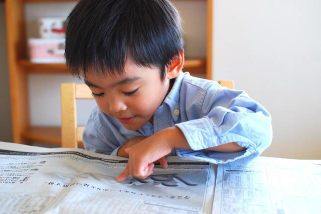 新聞を読む子ども,朝日新聞,見学,