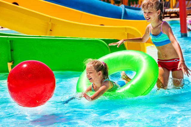 プールで遊ぶ子ども,子連れ,おでかけ,スポット