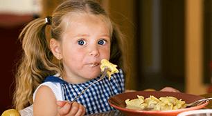 子どもがごはんを食べている,子ども,食事,遅い