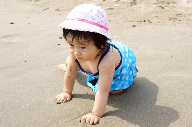 砂浜で遊ぶ女の子,女の子,子供水着,