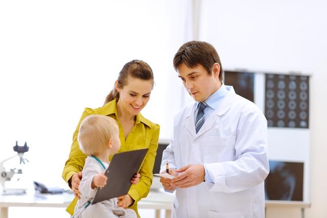 お医者さんと親子,赤ちゃん,予防接種,スケジュール