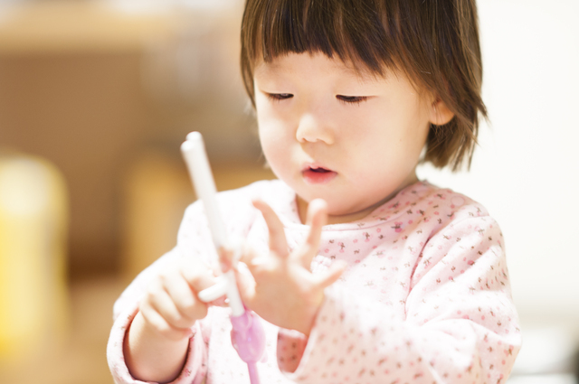 お箸の練習の様子,雨の日,室内遊び,子ども