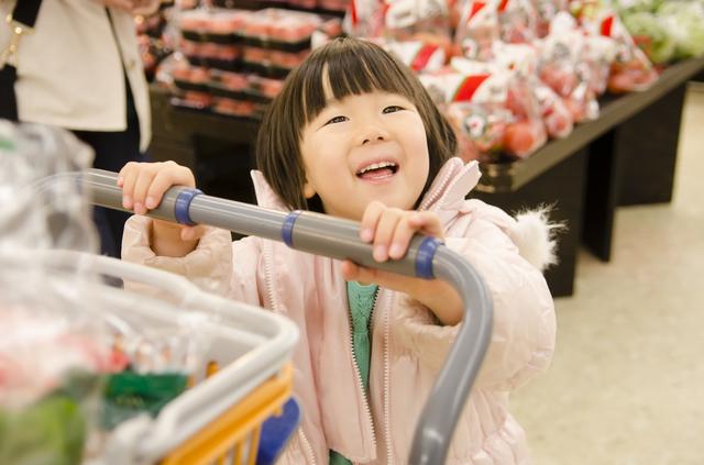 買い物中の子ども,母子手帳,1歳,成長