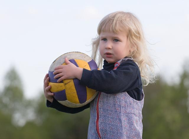 ボールを抱える少女,子ども,学資保険,選び方