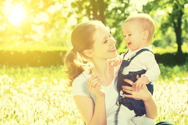 たんぽぽを持つ母と子,子ども,学資保険,選び方