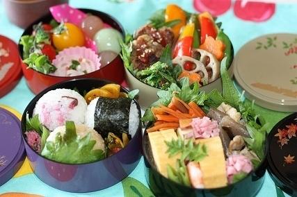 丸いお重で色彩豊かな弁当,美味しい,お弁当,詰め方