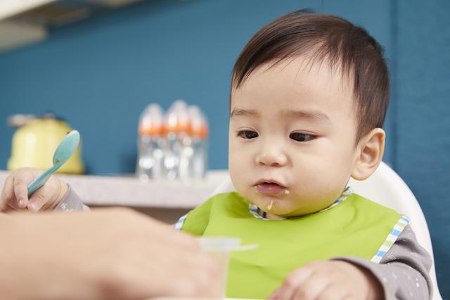 離乳食を食べる赤ちゃん,1歳児,