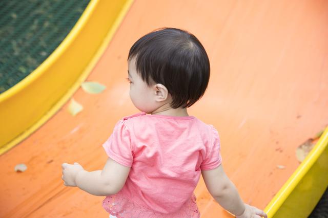 公園で遊ぶ子ども,1歳児,