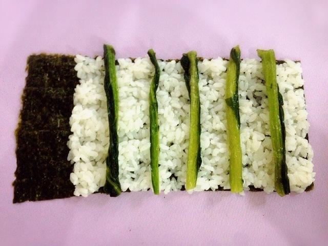 ご飯の上に野沢菜,飾り,巻き寿司,巻き方