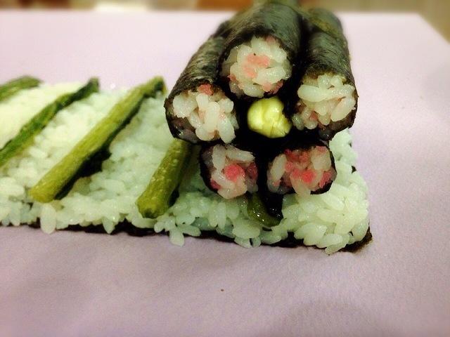 野沢菜の上に細巻き,飾り,巻き寿司,巻き方