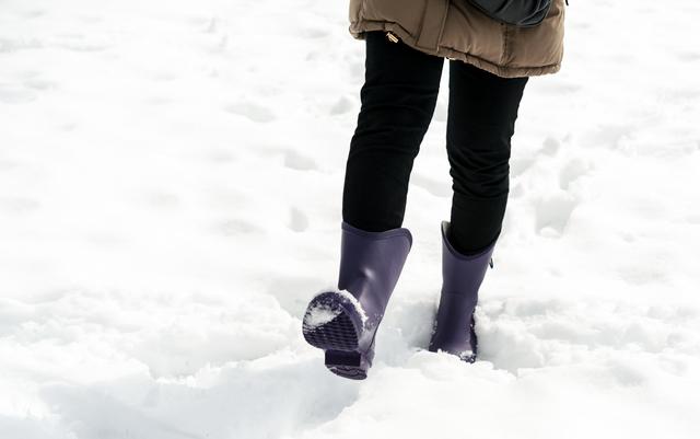 雪をレインブーツで歩く女性,ママ,レインブーツ,おすすめ