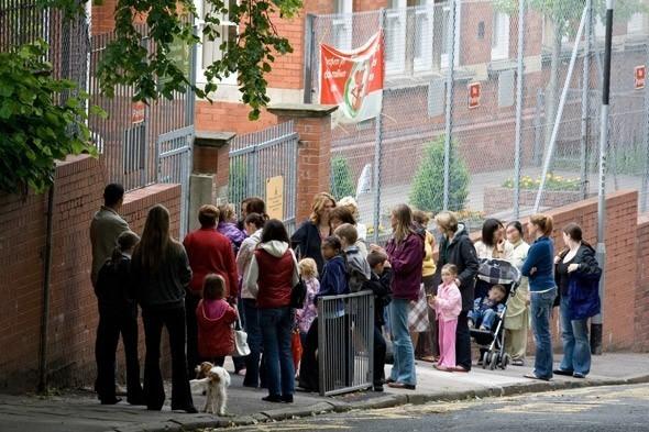 子供待ち親の行列,イギリス,親子,留学