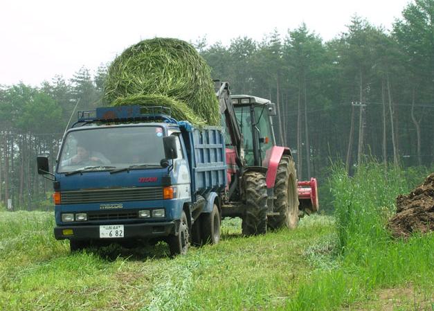 牧草を運ぶトラクター,山梨,工場見学,