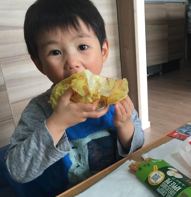 ハンバーガーをほおばる子供,ゴールデンウィーク,2016,連休