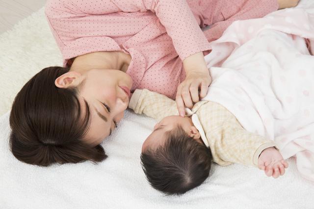 寝転がるママと赤ちゃん,里帰り出産 ,出産準備 ,手続き