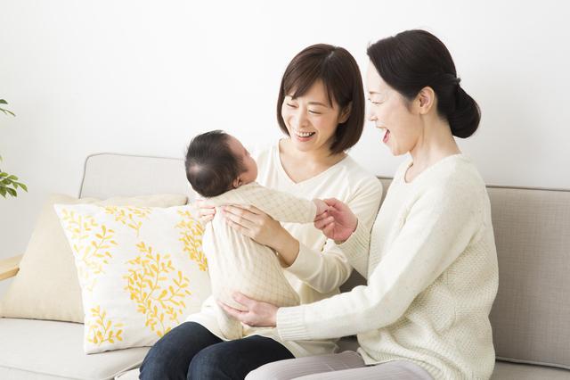 赤ちゃんをあやすママと祖母,里帰り出産 ,出産準備 ,手続き