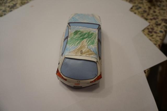 マツダ「デミオ」 ペーパークラフトオリジナルデザインコンテスト、子どもが作成中の画像,デミオ,ペーパークラフト,マツダ