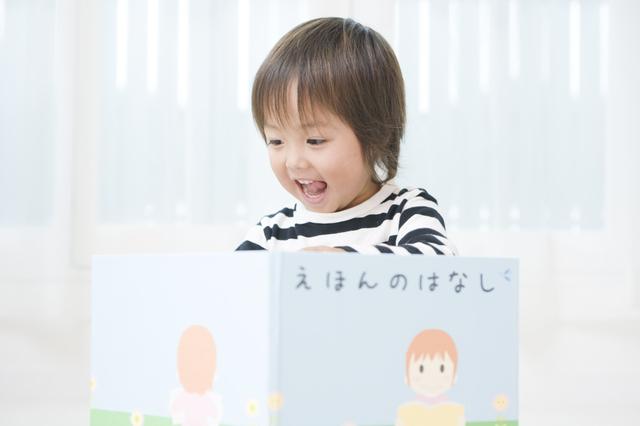 絵本を読む子ども,読み聞かせ,絵本,おすすめ