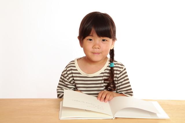 絵本を読む女の子,読み聞かせ,絵本,おすすめ