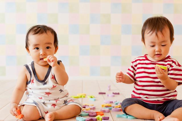 おもちゃを口にする子ども,おもちゃ,0歳,男の子