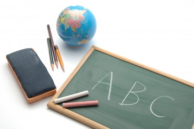英語が書かれた黒板,英語,歌,子ども