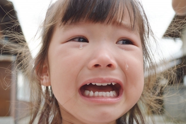 大泣きしている子ども,ママ,抱っこ,方法