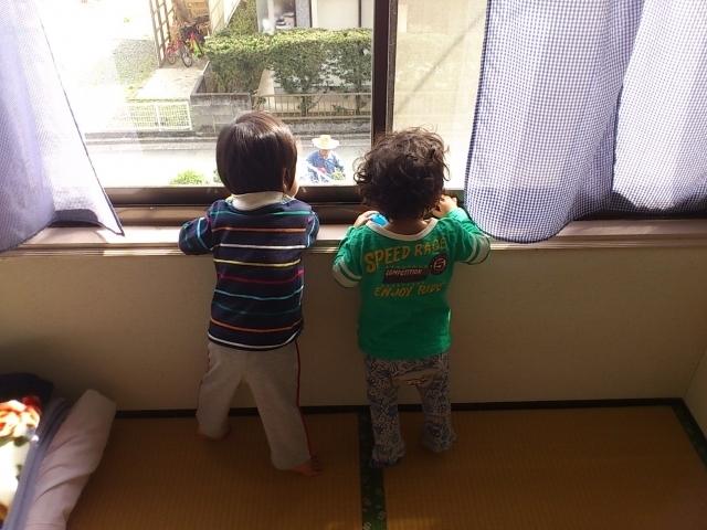保育園で外を眺める子ども,ママ,抱っこ,方法