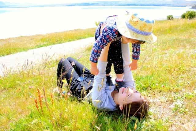原っぱで抱っこをする親子,ママ,抱っこ,方法